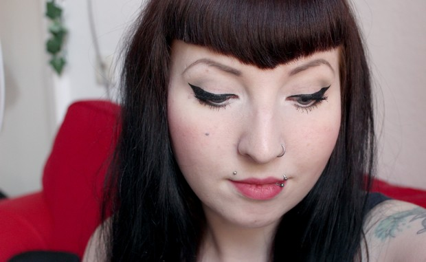 amu vegan party mit erbse eyeliner wing closed eyes