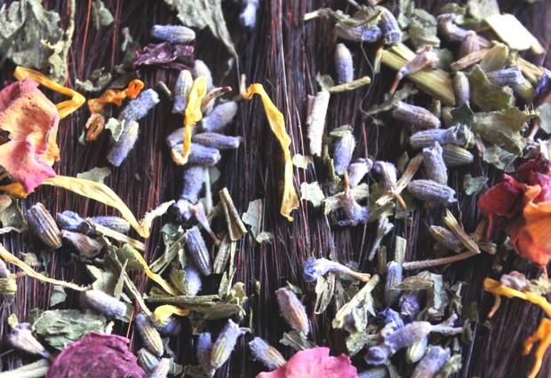 Alternative Haarwäsche Brennnessel DIY Haarspülung Kräuter Lavendel Melisse poo-free Rezept Ringelblume Rinse Rose selbstgemacht vegan 2