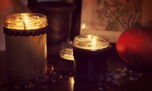 DIY vegan Kerzen im Glas schwarz Sandelholz Rosmarin Hagebutte selber gießen Halloween witch