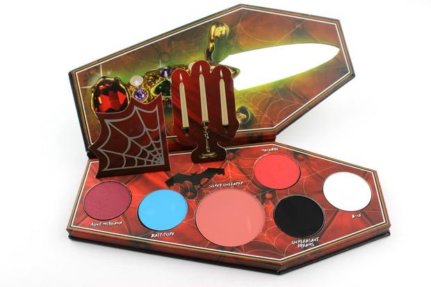 Lunatick Cosmetic Labs Elvira Mistress of the dark palette red eyeshadow lidschatten rot vegan tierversuchsfrei cruelty free limited innen