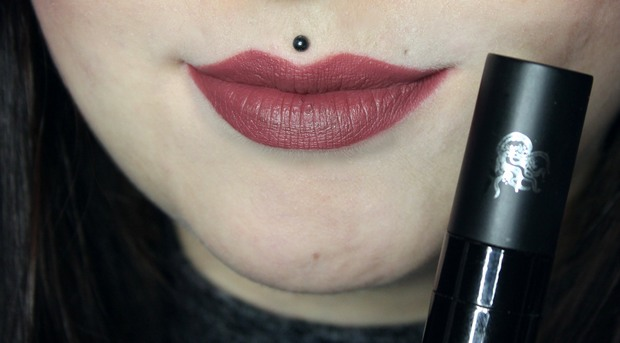 Rote-Liquid-Lipsticks-vegan-Wrath-Black-Moon-Cosmetics-auf-den-Lippen-Swatch