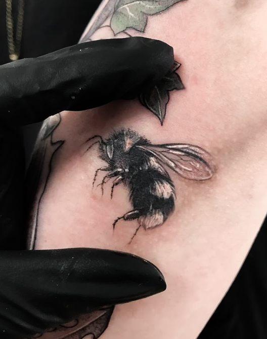 vegan tattoo september 2018 gute stube tattoo fritzlar limahema erbse hummel bumblebee